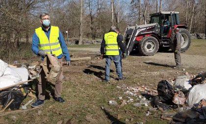 Sindaco e volontari puliscono il paese dai rifiuti abbandonati