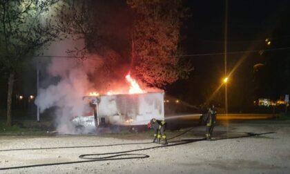 Camioncino dei panini a fuoco questa notte in piazza Massoglia