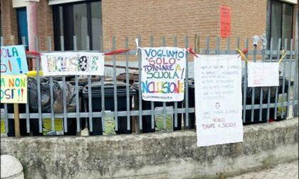 I genitori protestano contro la DAD, la direzione scolastica fa rimuovere i cartelloni