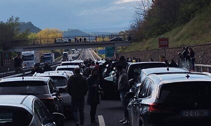 Autostrada bloccata dalla protesta delle partite Iva che dividono l'Italia in due