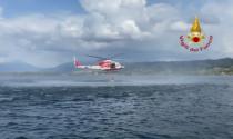 Tuffo dall'elicottero per salvare persona in acqua, addestramento sul lago di Viverone