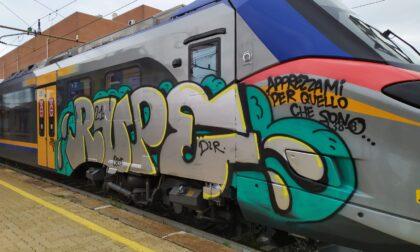 Vandali imbrattano il treno alla stazione di Rivarolo