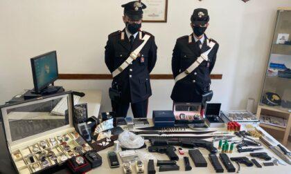 Un piccolo arsenale, droga e oggetti rubati ritrovati in casa di un 51enne, arrestato