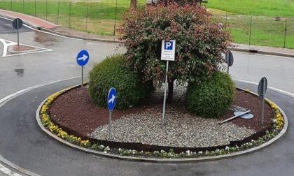 Burloni rubano segnaletica e la piantano nella rotonda... che diventa un parcheggio