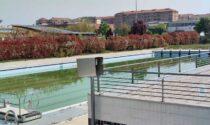 La piscina sembra uno stagno, polemica sulla vasca comunale