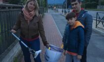 """Il buon esempio di mamma Sabrina e i figli Gabriele e Simone con le """"passeggiate ecologiche"""""""