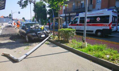Incidente a Rivarolo, auto abbatte un palo