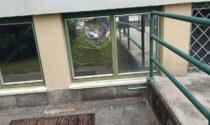 Pietra manda in frantumi finestra della scuola