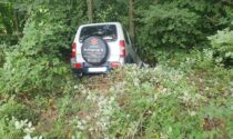 Auto esce di strada a Rocca e finisce la sua corsa in mezzo agli alberi