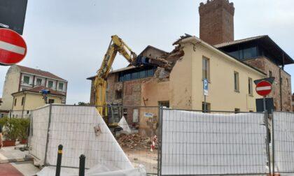 Partite le operazioni di abbattimento dell'ex-sede della Municipale a Leini