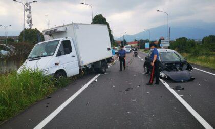 Minicar contro furgone sulla provinciale tra Castellamonte e Ozegna