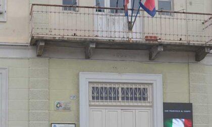 Lo stemma comunale tolto dal municipio: è polemica