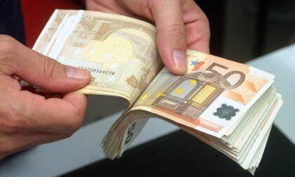 Perde mille euro per strada, benzinaio li trova e li riconsegna