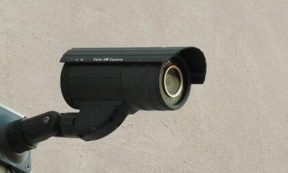 Incivili in azione a Volpiano: beccati dalle telecamere responsabili di atti vandalici e abbandono rifiuti