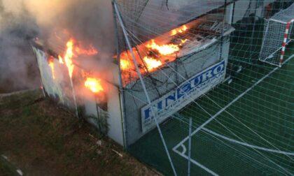 Incendio a Favria, brucia lo spogliatoio del campo da calcetto
