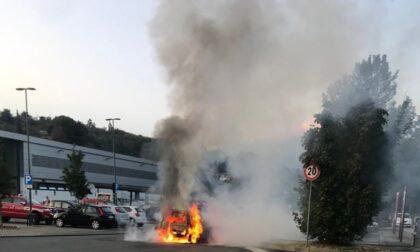 Auto in fiamme nel parcheggio Lidl