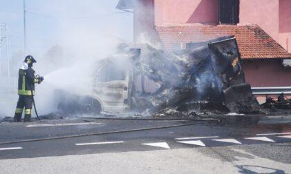 Furgone prende fuoco sulla Sp460