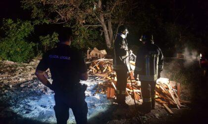 Brucia rifiuti nell'area del cimitero, denunciato