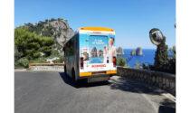La nuova campagna pubblicitaria ATL di Kimbo rivestirà gli autobus delle più amate località turistiche della Campania